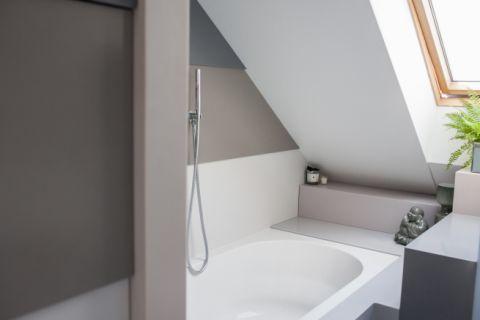 Bathroom with HI-MACS walls