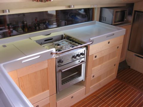 Gimballed cooker integrated into worktop, with cover retracted