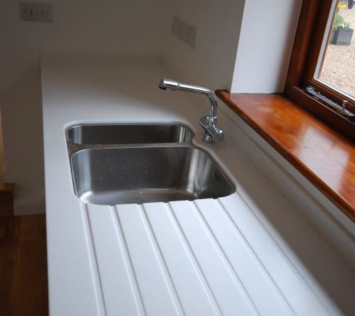 Stainless steel sink with drainer grooves